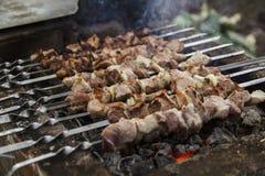 Το shish kebabs που προετοιμάζεται σε έναν ορειχαλκουργό Στοκ Φωτογραφία