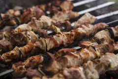Το shish kebabs που προετοιμάζεται σε έναν ορειχαλκουργό Στοκ Φωτογραφίες