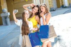 Το Shopaholics selfie σε ένα τηλέφωνο κυττάρων Κορίτσια που κρατούν το BA αγορών Στοκ Εικόνες