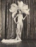 Το Showgirl που φορά το φτερό headdress και το μπικίνι στοκ φωτογραφίες