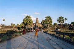Το Siem συγκεντρώνει, Καμπότζη - 2 Δεκεμβρίου 2015: Άνθρωποι στη κυρία είσοδος Angkor Wat Στοκ Φωτογραφίες