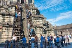 Το Siem συγκεντρώνει, Καμπότζη - 5 Δεκεμβρίου 2016: Επισκέπτες σε Angkor Wat ένα fam Στοκ εικόνες με δικαίωμα ελεύθερης χρήσης