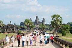 Το Siem συγκεντρώνει, Καμπότζη - 10 Δεκεμβρίου 2016: Επισκέπτες σε Angkor Wat ένα fam Στοκ εικόνα με δικαίωμα ελεύθερης χρήσης