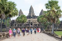 Το Siem συγκεντρώνει, Καμπότζη - 10 Δεκεμβρίου 2016: Επισκέπτες σε Angkor Wat ένα fam Στοκ Φωτογραφία