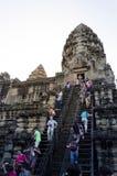 Το Siem συγκεντρώνει, Καμπότζη - 4 Δεκεμβρίου 2015: Οι τουρίστες αναρριχούνται σε έναν πύργο επίκλησης σε Angkor Wat Στοκ φωτογραφία με δικαίωμα ελεύθερης χρήσης