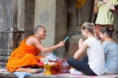 Το Siem συγκεντρώνει, Καμπότζη - 5 Δεκεμβρίου 2016: Ο βουδιστικός μοναχός δίνει μια επιθυμία στοκ εικόνα
