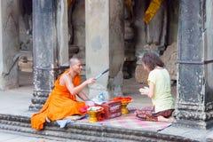Το Siem συγκεντρώνει, Καμπότζη - 5 Δεκεμβρίου 2016: Ο βουδιστικός μοναχός δίνει μια επιθυμία στοκ φωτογραφίες