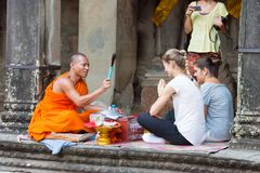 Το Siem συγκεντρώνει, Καμπότζη - 5 Δεκεμβρίου 2016: Ο βουδιστικός μοναχός δίνει μια επιθυμία στοκ φωτογραφία με δικαίωμα ελεύθερης χρήσης