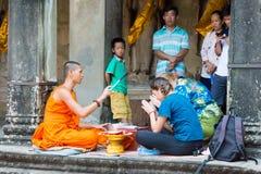 Το Siem συγκεντρώνει, Καμπότζη - 10 Δεκεμβρίου 2016: Ο βουδιστικός μοναχός δίνει μια επιθυμία στοκ εικόνα