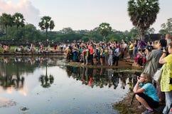 Το Siem συγκεντρώνει, Καμπότζη - 3 Δεκεμβρίου 2015: Τουρίστες που περιμένουν την αυγή στο ναό Angkor Wat Στοκ εικόνα με δικαίωμα ελεύθερης χρήσης