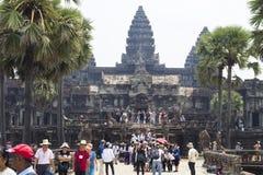 Το Siem συγκεντρώνει, Καμπότζη - 25 Μαρτίου 2018: Άποψη ναών Wat Angkor με τους τουρίστες Στοκ Εικόνα