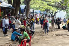 Το Siem συγκεντρώνει, Καμπότζη - 25 Μαρτίου 2018: Δημόσια αγορά και τουρίστες κοντά στο ναό Angkor Wat Εργαζόμενος τουριστικής βι Στοκ Εικόνες
