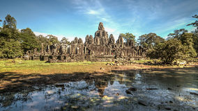 Το Siem συγκεντρώνει, Καμπότζη, στις 6 Δεκεμβρίου 2015: Πολλοί αντιμετωπίζουν το ναό Bayon επί του τόπου Angkor Wat στην Καμπότζη Στοκ Εικόνες