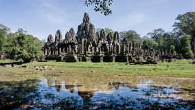 Το Siem συγκεντρώνει, Καμπότζη, στις 6 Δεκεμβρίου 2015: Πολλοί αντιμετωπίζουν το ναό Bayon επί του τόπου Angkor Wat στην Καμπότζη Στοκ Φωτογραφία