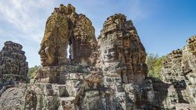 Το Siem συγκεντρώνει, Καμπότζη, στις 6 Δεκεμβρίου 2015: Πολλοί αντιμετωπίζουν το ναό Bayon επί του τόπου Angkor Wat στην Καμπότζη Στοκ Φωτογραφίες