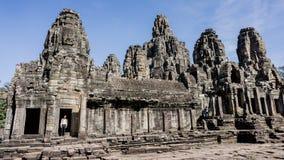 Το Siem συγκεντρώνει, Καμπότζη, στις 6 Δεκεμβρίου 2015: Πολλοί αντιμετωπίζουν το ναό Bayon επί του τόπου Angkor Wat στην Καμπότζη Στοκ φωτογραφία με δικαίωμα ελεύθερης χρήσης