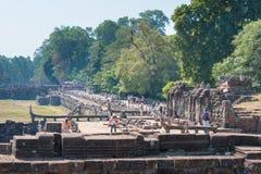 Το Siem συγκεντρώνει, Καμπότζη - 3 Φεβρουαρίου 2015: Επισκέπτες σε Angkor Thom ένα fam Στοκ φωτογραφία με δικαίωμα ελεύθερης χρήσης