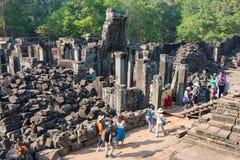 Το Siem συγκεντρώνει, Καμπότζη - 4 Φεβρουαρίου 2015: Επισκέπτες σε Angkor Thom ένα fam Στοκ εικόνες με δικαίωμα ελεύθερης χρήσης