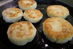 Το Sirniki είναι τηγανισμένο σε ένα τηγάνι με το βούτυρο στοκ φωτογραφία με δικαίωμα ελεύθερης χρήσης