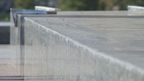 Το Skateboarder αλέθει το τέχνασμα 5-0 στην προεξοχή οδών, αρχιτεκτονικό μνημείο φιλμ μικρού μήκους