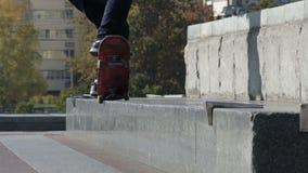 Το Skateboarder αλέθει το τέχνασμα 5-0 στην προεξοχή οδών, αρχιτεκτονικό μνημείο απόθεμα βίντεο