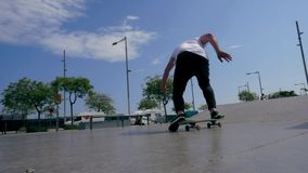 Το Skateboarder κάνει ένα τέχνασμα υπαίθρια φιλμ μικρού μήκους