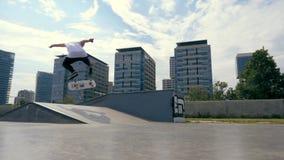 Το Skateboarder κάνει ένα τέχνασμα υπαίθρια απόθεμα βίντεο