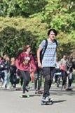 Το Skateboarders έχει τη διασκέδαση σε ένα ηλιοφώτιστο Vondelpark, Άμστερνταμ, Κάτω Χώρες Στοκ εικόνα με δικαίωμα ελεύθερης χρήσης