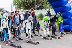 Το SkateBoarders αρχίζει προς τα κάτω την ομάδα Στοκ εικόνες με δικαίωμα ελεύθερης χρήσης