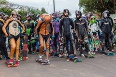 Το SkateBoarders αρχίζει προς τα κάτω την πύλη Στοκ Εικόνες
