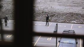 Το Skateboarders που οδηγά στο διάστημα χώρων στάθμευσης, κάνει τα τεχνάσματα Skateboard ακραίο χόμπι απόθεμα βίντεο