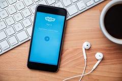Το Skype είναι εφαρμογή που παρέχει το βίντεο και τις κλήσεις συνομιλίας κειμένων Στοκ Εικόνες