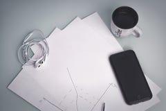 Το smartphone είναι στον πίνακα Στοκ Φωτογραφία