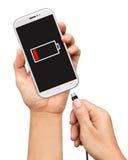 Το smartphone εκμετάλλευσης χεριών και συνδέει το φορτιστή που απομονώνεται στο άσπρο BA Στοκ φωτογραφία με δικαίωμα ελεύθερης χρήσης