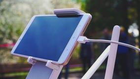 Το Smartphone σύνδεσε με την κονσόλα copter, τον τηλεχειρισμό του κηφήνα ή Quadcopter φιλμ μικρού μήκους