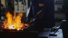 Το Smith γυρίζει τους άνθρακες στην πυρκαγιά, σε αργή κίνηση απόθεμα βίντεο