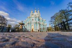 Το Smolny ή το μοναστήρι Voskresensky Smolny βρίσκεται στην πλατεία Rastrelli στοκ φωτογραφία με δικαίωμα ελεύθερης χρήσης