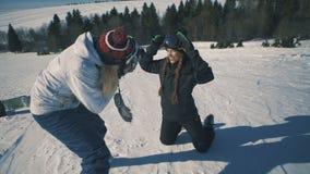 Το Snowboarder ή ο σκιέρ και ο φωτογράφος κάνουν τη σύνοδο φωτογραφιών για το χιονοδρομικό κέντρο το μέσο πυροβολισμό απόθεμα βίντεο