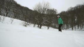 Το Snowboarder γλιστρά την κλίση χιονιού φιλμ μικρού μήκους