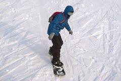 Το Snowboarder οδηγά mountainside στοκ εικόνα με δικαίωμα ελεύθερης χρήσης