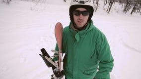 Το Snowboarder περπατά την κλίση χιονιού απόθεμα βίντεο