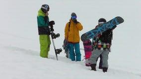 Το Snowboarders κοιτάζει γύρω σε μια χιονοθύελλα φιλμ μικρού μήκους