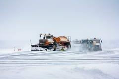 Το Snowplows καθαρίζει το διάδρομο Στοκ εικόνες με δικαίωμα ελεύθερης χρήσης