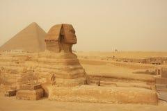Το Sphinx και η μεγάλη πυραμίδα Khufu σε μια αμμοθύελλα, Κάιρο στοκ εικόνες