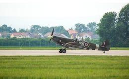 Το Spitfire που προσγειώθηκε ακριβώς στον αέρα του Παρντουμπίτσε παρουσιάζει Στοκ Φωτογραφίες