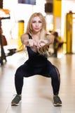 Το sportswoma συμμετείχε σε μια γυμναστική, κάνοντας τις βαθιές κοντόχοντρες ασκήσεις, που ισορροπούνται με τα χέρια foreground στοκ εικόνες με δικαίωμα ελεύθερης χρήσης