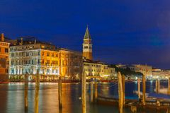 Το ST χαρακτηρίζει το καμπαναριό και το μεγάλο κανάλι, νύχτα, Βενετία Στοκ Εικόνα