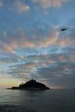Το ST Michael ` s τοποθετεί το ηλιοβασίλεμα νησιών του Castle με το ελικόπτερο στην Κορνουάλλη Στοκ φωτογραφία με δικαίωμα ελεύθερης χρήσης