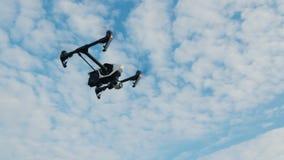 Το Steadicam πυροβόλησε: Το Copter ή ο κηφήνας πετά ενάντια στο μπλε ουρανό απόθεμα βίντεο