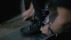 Το Steeplejack συνδέει τις προστατευτικές ζώνες στις μπότες του και προετοιμάζεται για την αναρρίχηση απόθεμα βίντεο